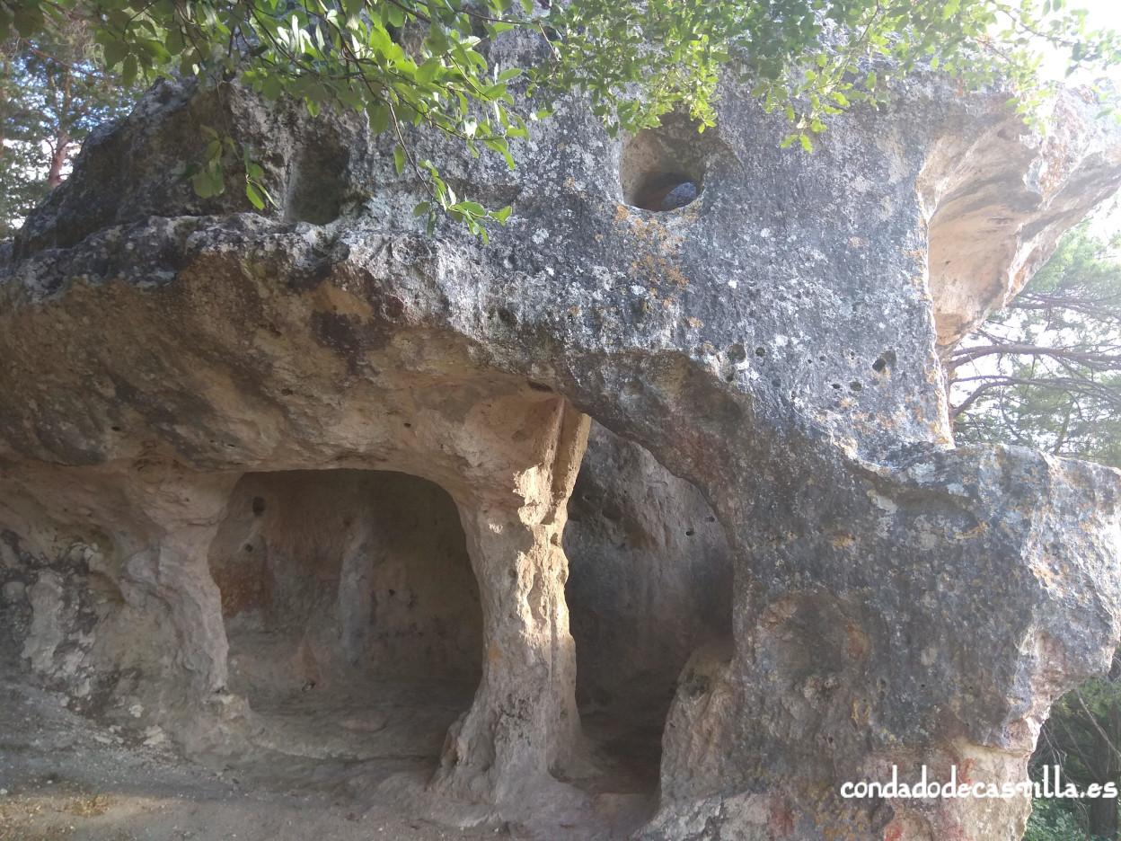Planta inferior y ventanas de la planta superior de Cueva Santiago (Pinedo)