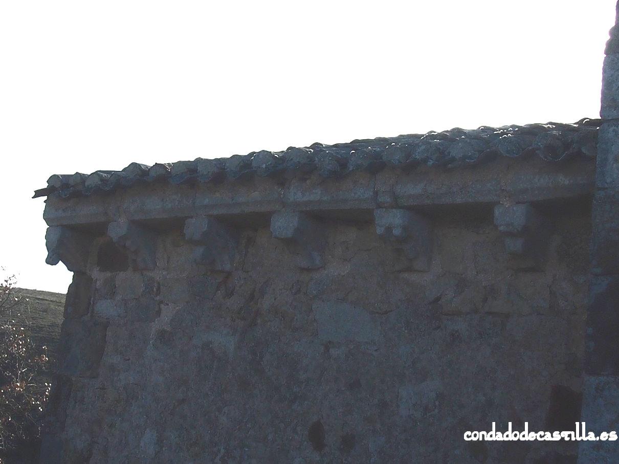 Canecillos muro norte del ábside de la ermita de la Virgen del Cerro en Cueva de Juarros