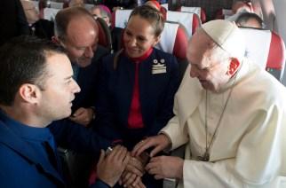 Die beiden Flubegleiter Carlos Ciuffardi (l) und Paola Podest werden am 18.01.2018 auf dem Flug von Santiago de Chile nach Iquique von Papst Franziskus getraut.  Foto: L'Osservatore Romano/L'Osservatore Romano Vatican Media/Pool via AP/dpa