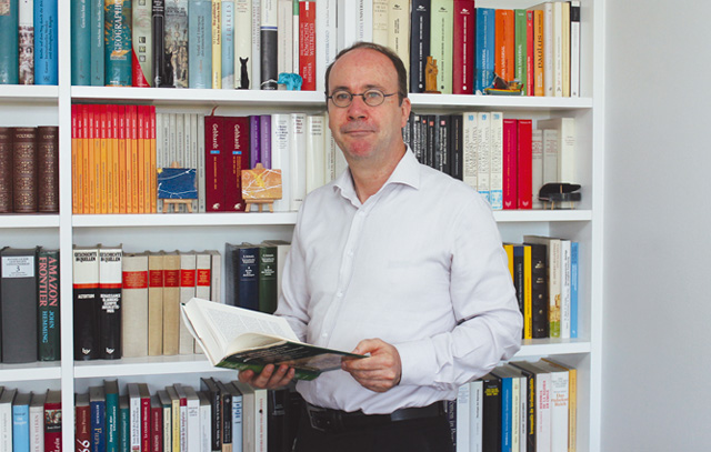 Peter Downes ist Dozent an der Universidad Católica Silva Henríquez sowie an der Universidad Alberto Hurtado