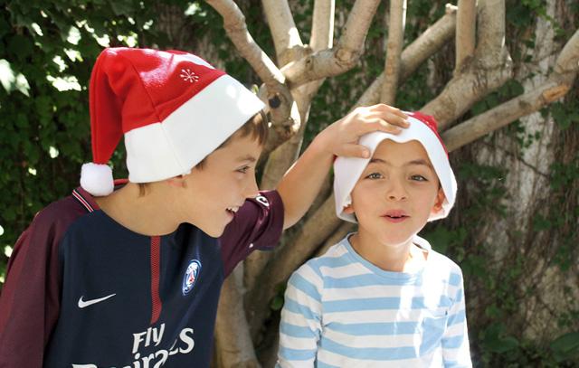 Weihnachtsmützen zu Ostern: Kai und Aike Dettmann Rojas mit dem Geschenk, das per Post fast vier Monate von Hamburg nach Chile brauchte.