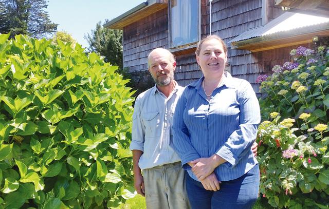 Cornelia und Matthias kennen sich schon aus der Schule. Das Paar betreibt einen Bauernhof am Llanquihue-See.
