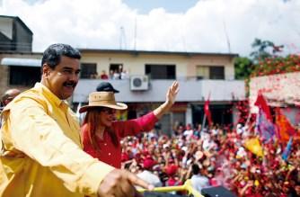 Nicolas Maduro mit seiner Ehefrau Cilia Flores bei einer Wahlkampfveranstaltung: Der venezolanische Präsident will sich bei der Abstimmung am 20. Mai bis 2025 im Amt bestätigen lassen. Foto: Marcelo Garcia/Prensa Miraflores/dpa
