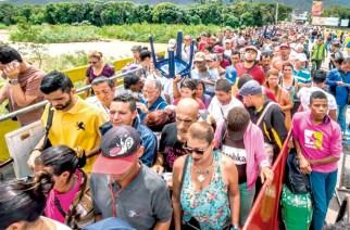 Venezolanische Flüchtlinge auf der Simon-Bolivar-Brücke an der Grenze zu Kolumbien