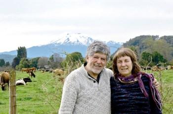 Izidor Carlos Mora y Erika Klein en el terreno del proyecto Los Chaquihues de Chamiza (Fotografía 2016, Amanda Mora Klein)