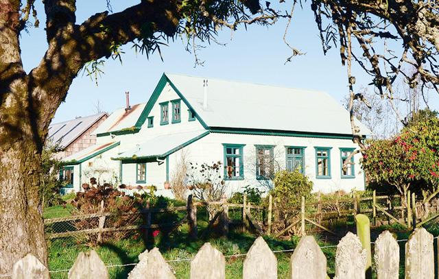Casa Klein-Werner. Ubicada justo frente a la Iglesia Luterana, fue construída alrededor de 1920 por Cristino Klein. Fue su casa habitación, donde vivió junto a su esposa Ella Werner y familia. Posteriormente pasó a ser la casa habitación de la familia de su hijo Udo Klein y esposa Gerda Rosenberg, padres de Erika. (Fotografía 2016, Erika Klein)