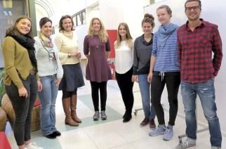 Das Foto zeigt die Gaststudenten gemeinsam mit der Beauftragten für Internationale Beziehungen der Escuela, Stephanie Bender, sowie eine Studentin, die sich um die Betreuung der Gäste kümmert.