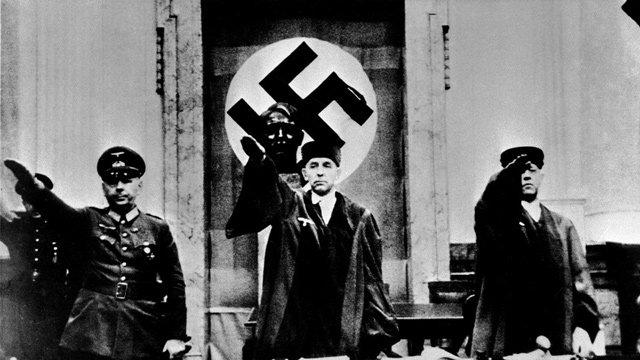 Der Volksgerichtshof unter Vorsitz des «Blutrichters» Roland Freisler verurteilte die Geschwister Scholl sowie Christoph Probst zum Tode durch das Fallbeil. Das Urteil wurde am 22. Februar 1943 vollstreckt. Kurt Huber, Willi Graf und Alexander Schmorell wurden in einem zweiten Prozess ebenfalls zum Tode verurteilt.
