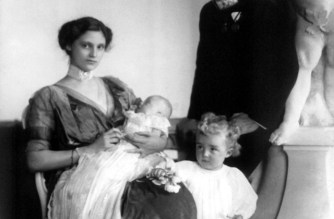 Kaiser Karl von Österreich neben seiner Frau, Kaiserin Zita, der Tochter Adelheit und Sohn Otto: Karl von Habsburg war der letzte regierende Kaiser von Österreich und König von Ungarn. Foto: PA/dpa