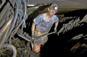 Ein Bergmann arbeitet auf der Zeche Prosper Haniel in 1.250 Meter Tiefe. Foto: Oliver Berg/dpa