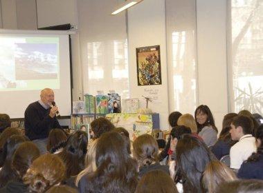 Der Journalist Volker Mehnert liest aus seinem Humboldt-Buch in der Deutschen Schule Sankt Thomas Morus.