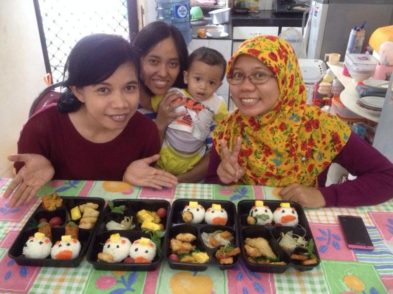 Makan siang bareng teman-teman kuliah yang di Surabaya sambil belajar membuat Bento. Pertemanan 16 tahun. Awet dengan segala hiruk pikuknya :)
