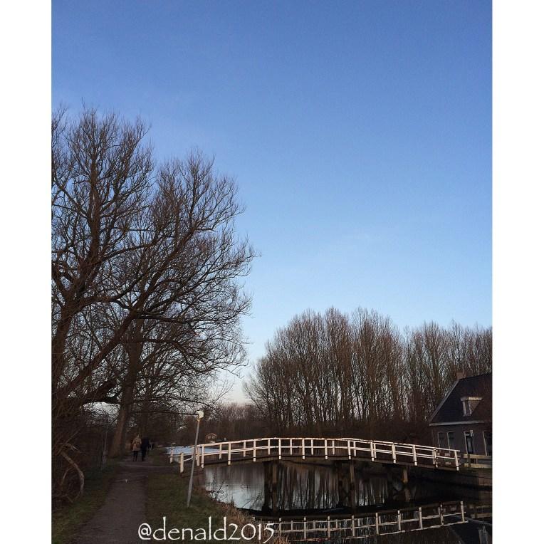 Menuju Delft naik sepeda bareng suami, meskipun dingin banget dan berangin, tapi tetap senang karena pemandangannya menyenangkan