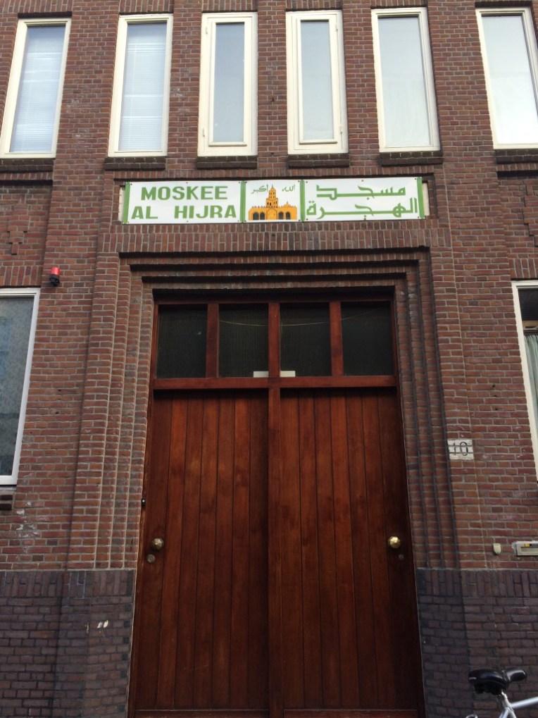 Terdapat Masjid dilingkungan kampus Universitas Leiden : Masjid Al Hijra