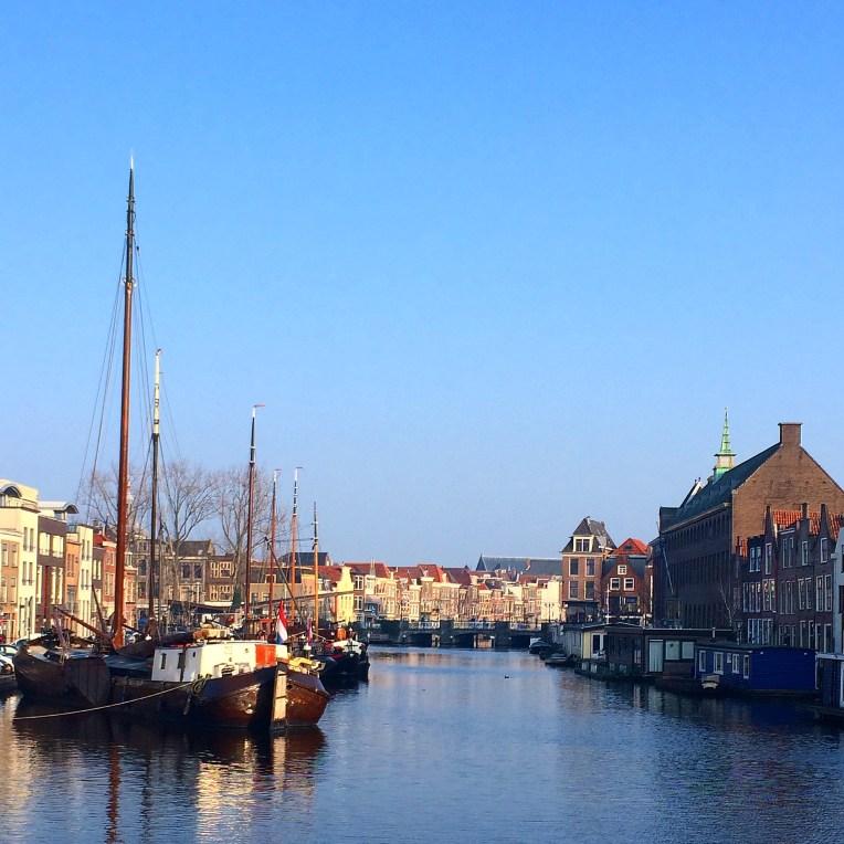 Kapal yang bersandar di Kanal pada aliran sungai Rijn