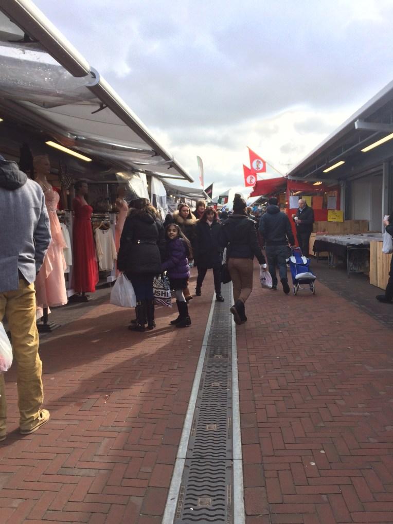 Bagian pasar yang menjual baju, sepatu, tas dan barang lainnya