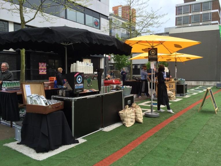 Tenda penjual makanan dan minuman.