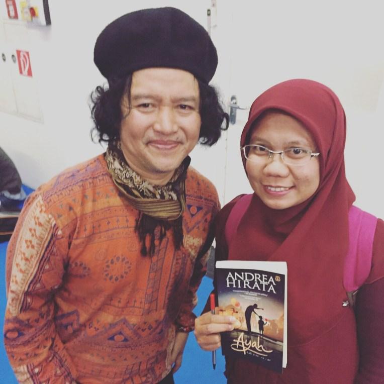 Andrea Hirata dan buku Ayah yang ditandatanganinya
