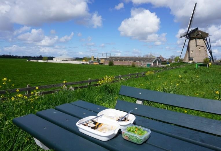 Istirahat sembari menikmati bekal makan siang