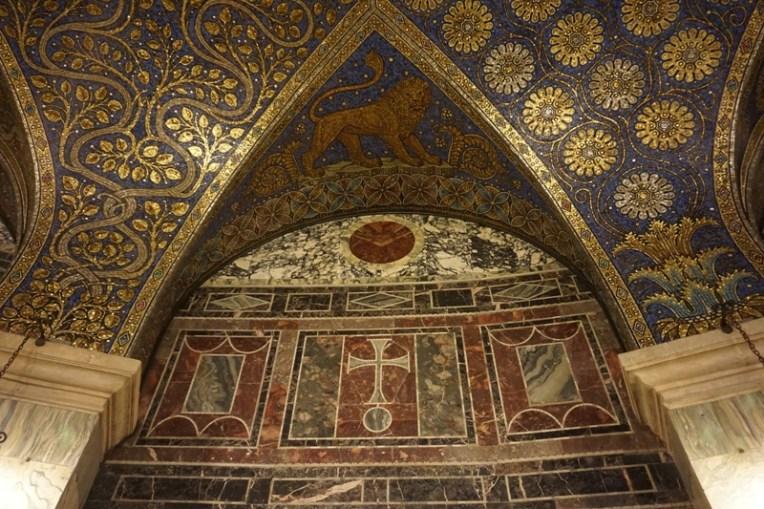 Salah satu sudut dinding dan langit-langit di Aachen Cathedral