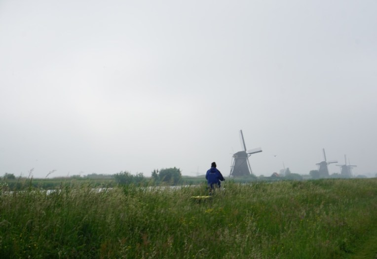 Bersepeda di kawasan Kinderdijk diantara kabut