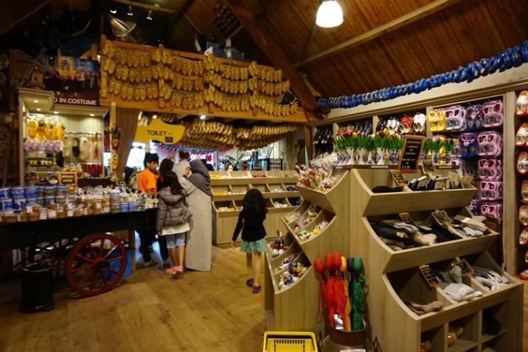 Toko dan tempat pembuatan klompen