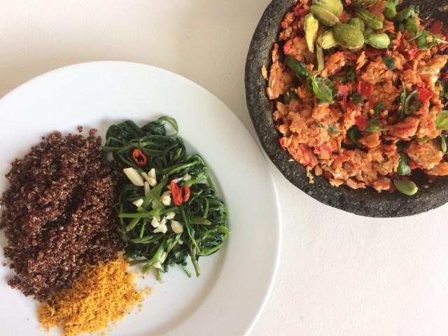 Penyetan tempe, tumis kangkung plus pete, serundeng, dan quinoa