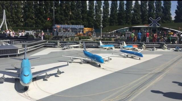 Miniatur Schiphol lengkap dengan pesawat yang beroperasi