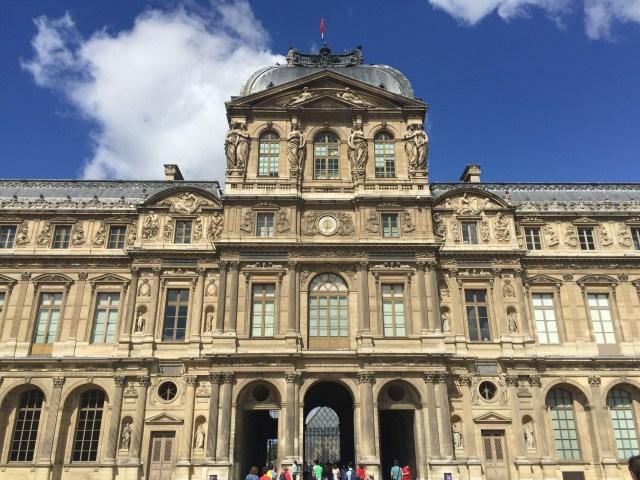 Menuju ke Louvre Museum