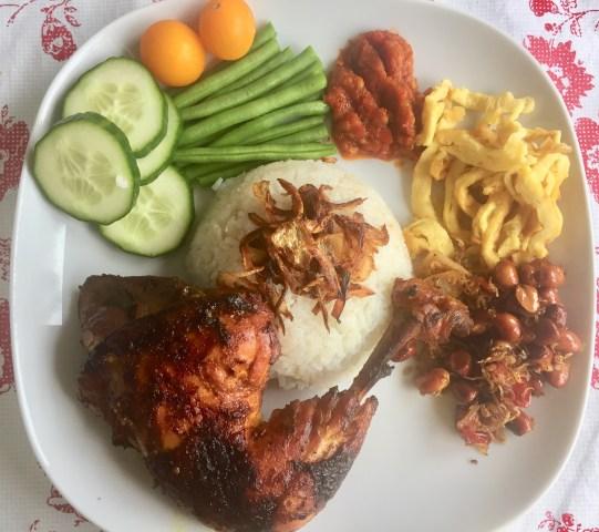 Nasi gurih, ayam bakar dan lauk lainnya