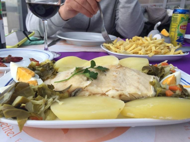 Bacalhau makan di tei pantai di Espinho