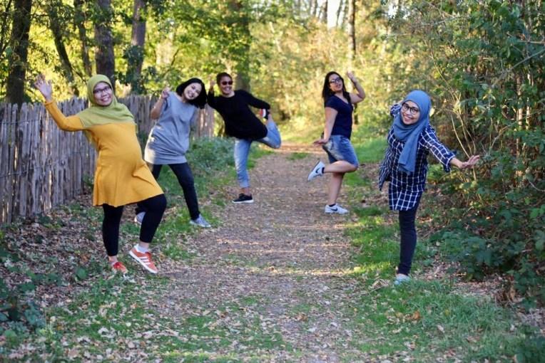 """Inilah kami. Saya, Patricia, Mbak Yulia, Asri, dan Rurie. Kata teman saya yang melihat foto ini """"kok latar belakangnya kayak di Jonas"""" haha"""