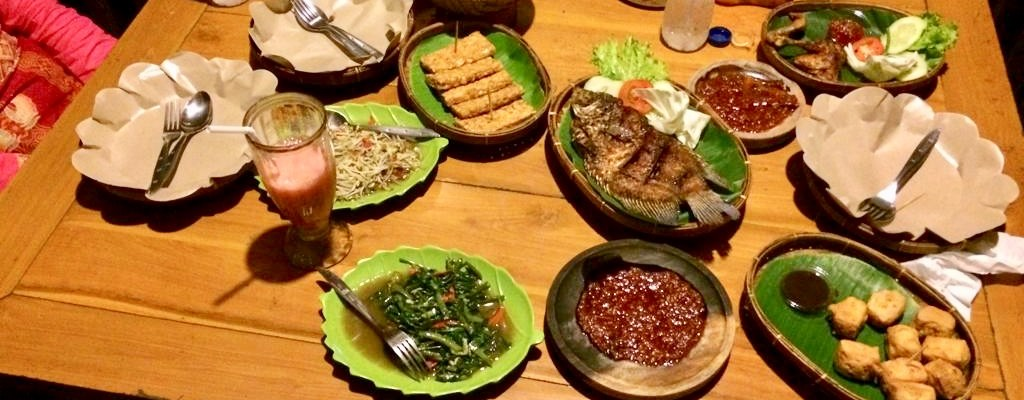 Ketemu pertama, makan di tempat makan yang banyak gazebo di Mulyorejo Surabaya. Saya mengajak sahabat saya haha jadi ini bukan kecncan