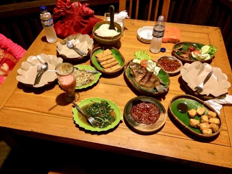 Ketemu hari pertama, malam harinya nya makan di tempat makan yang banyak gazebo di Mulyorejo Surabaya. Saya mengajak sahabat saya haha jadi ini bukan kencan. Lalu lapar lihat menu yang ada di meja