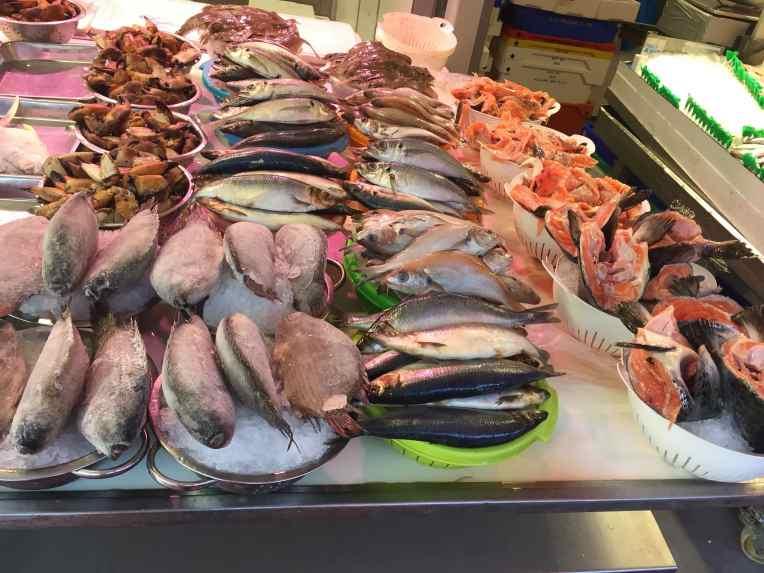 De Haagse Markt - Den Haag - Belanda Stan ikan. Ini yang saya maksud, dalam bak harganya 5 euro