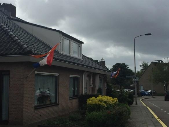 Pasang Bendera depan rumah