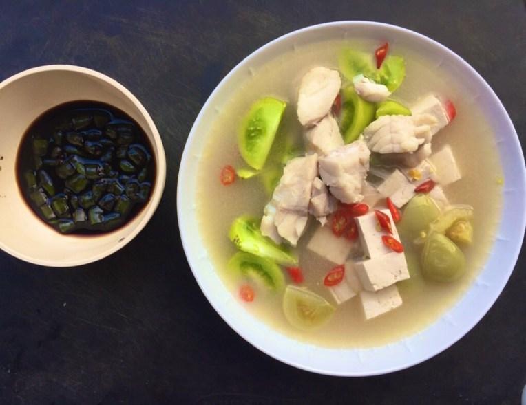 Sop Ikan Batam makan pake irisan cabe rawit dan kecap asin