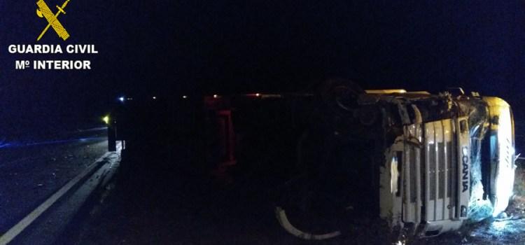 Un  Guardia Civil auxilia a un varón que había sufrido un accidente en la autovía A-35 a su paso por Moixent