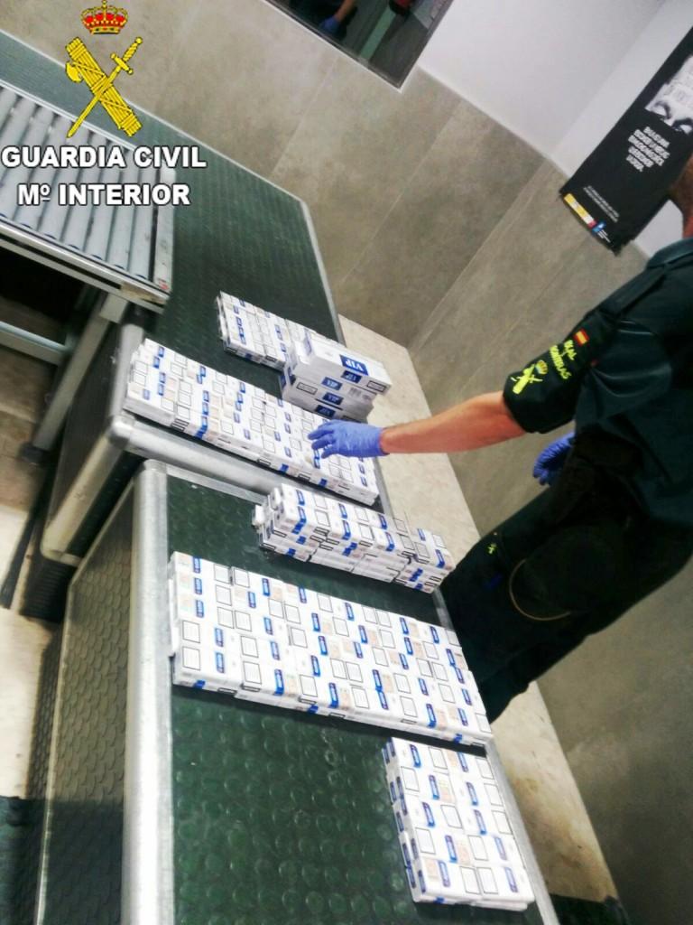 La Guardia Civil incauta en dos intervenciones 760 cajetillas de tabaco ocultas en maletas en el aeropuerto de Valencia