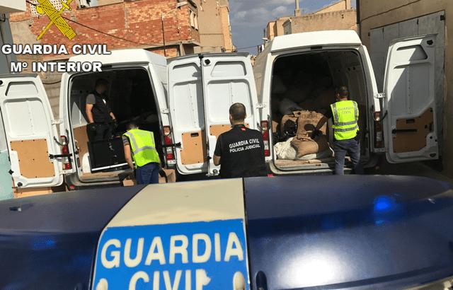 """Agentes de la Guardia Civil han rescatado a 32 perros en Canals y l'Alcúdia de Crespins que estaban en """"condiciones deplorables"""" y que al parecer habían sido robados."""