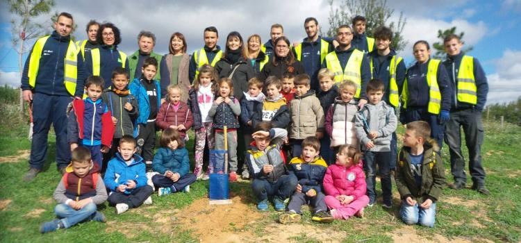Els alumnes del CEIP Vicente Rius han traslladat els arbres que varen plantar en l'escola fa dos anys