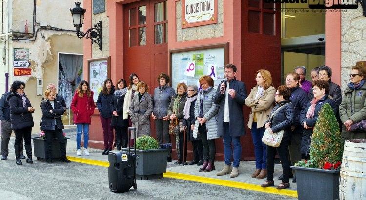 Concentració a les portes de l'ajuntament de la Font de la Figuera amb motiu del Dia de la Dona
