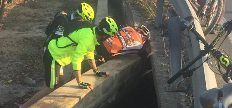 Ciclistes canalins salven un gos en una sequia de Vilanova de Castelló