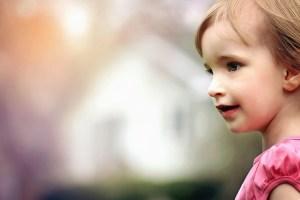 niña mirando hacia el horizonte