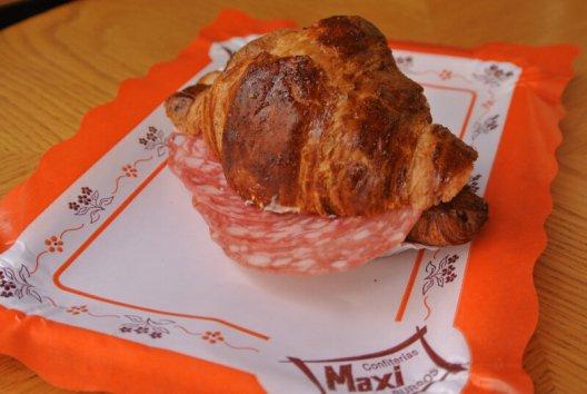 Croissant Relleno de Salchichón
