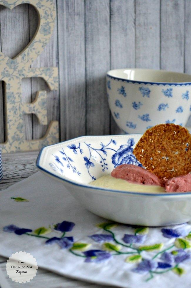 Sopa de Chocolate Blanco, Helado de Fresa y Galleta de Sésamo