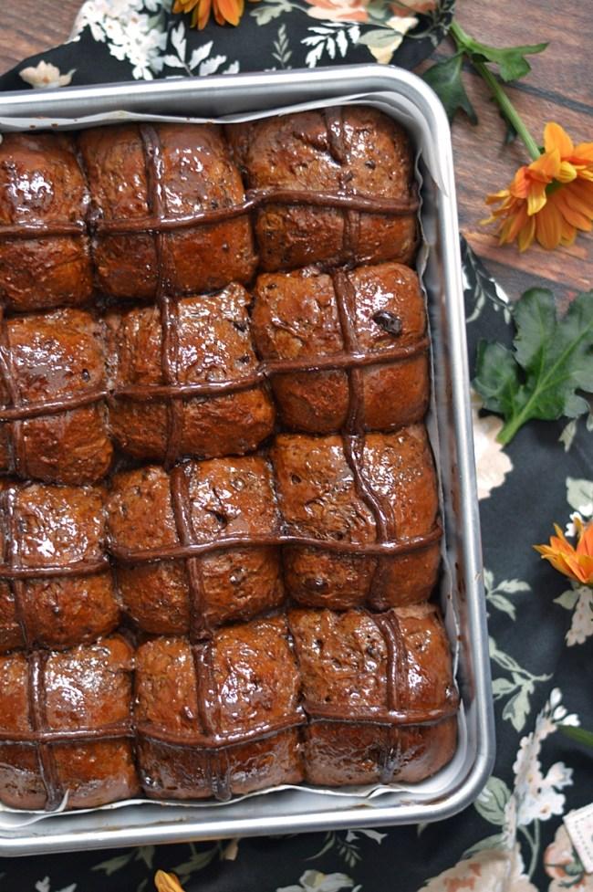 Chocolate Hot Cross Buns | CON HARINA EN MIS ZAPATOS