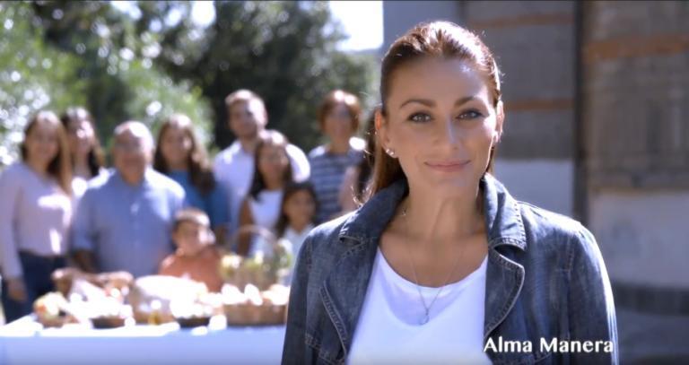 Alma Manera protagonista di un omaggio canoro nel drive-in dell'Ospedale Tor Vergata