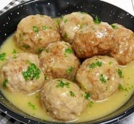 Albóndigas en salsa de cebollas