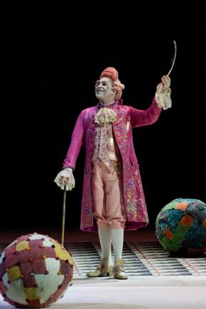 Paolo Bordogna nei panni di Bartolo nel Barbiere di Siviglia al Teatro dell'Opera di Roma